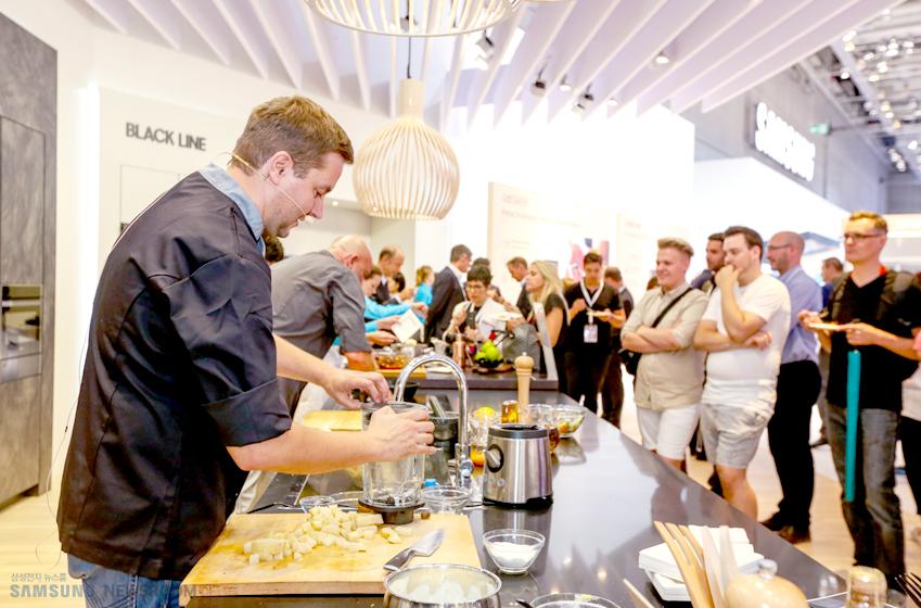 빌트인(Built-in) 부스에선삼성인덕션 전기레인지로 만든 요리를 관람객들에게 나눠주는 행사가진행됐다.