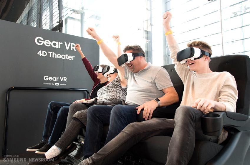 웨이블씨 가족이 기어 VR로 롤러코스터 체험을 즐기고 있습니다
