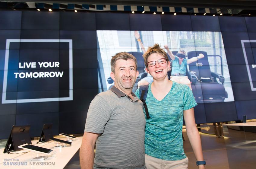 기어 VR 4D체험을 마친 앨런씨와 제니퍼씨