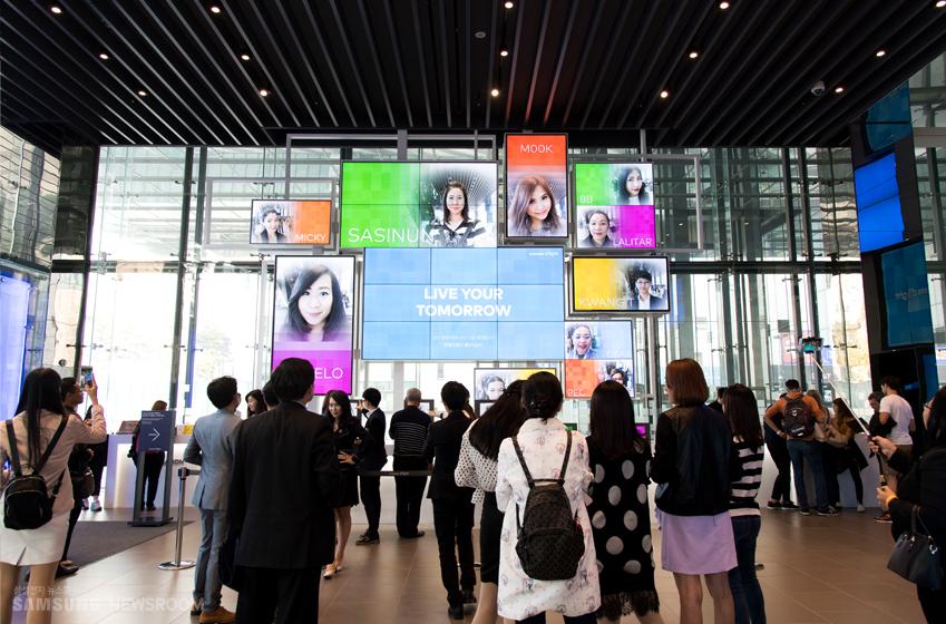 삼성 딜라이트 내부를 둘러보는 외국인 관광객들