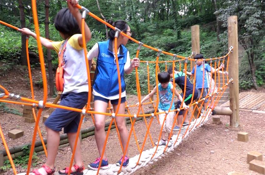 나눔VM 경기5팀 단원들과 삼성소리샘복지관 아이들이 서달산 유아숲에서 즐거운 시간을 보내고 있다