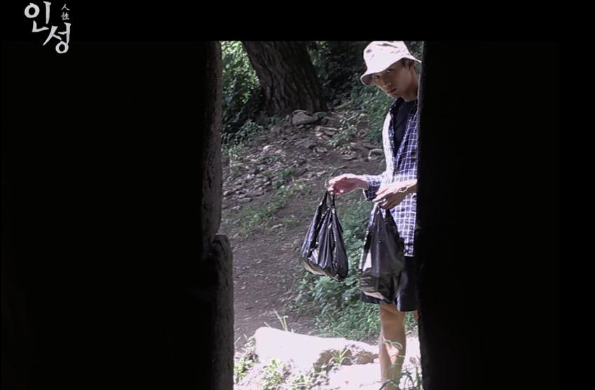 영상 속 얘긴쓰레기 불법투기 현장에서부터 시작된다.