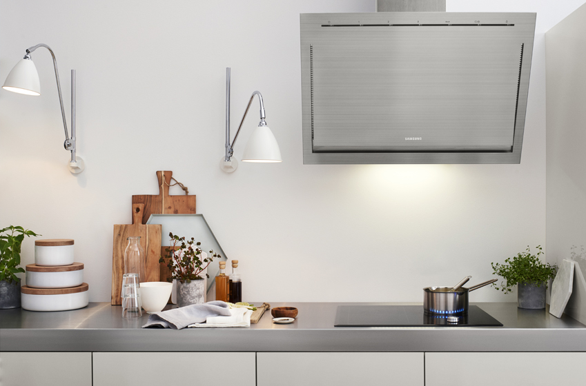 은은한 광택이 아름다운, 흰 벽면. 그걸 터치하면 냉장고와 푸드 프로세서, 오븐레인지