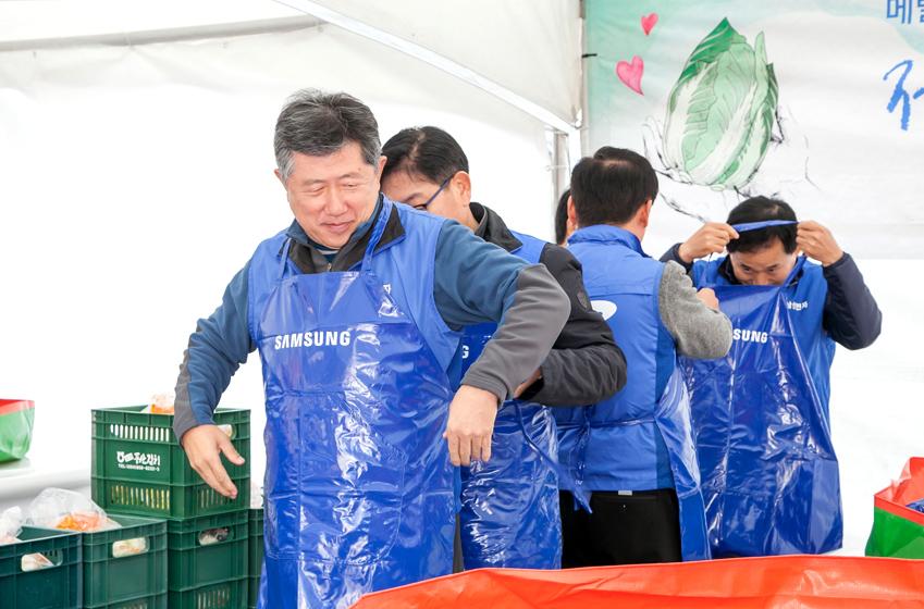 본격적 작업에 앞서 앞치마를 메고 있는 삼성전자 임직원들의 모습.