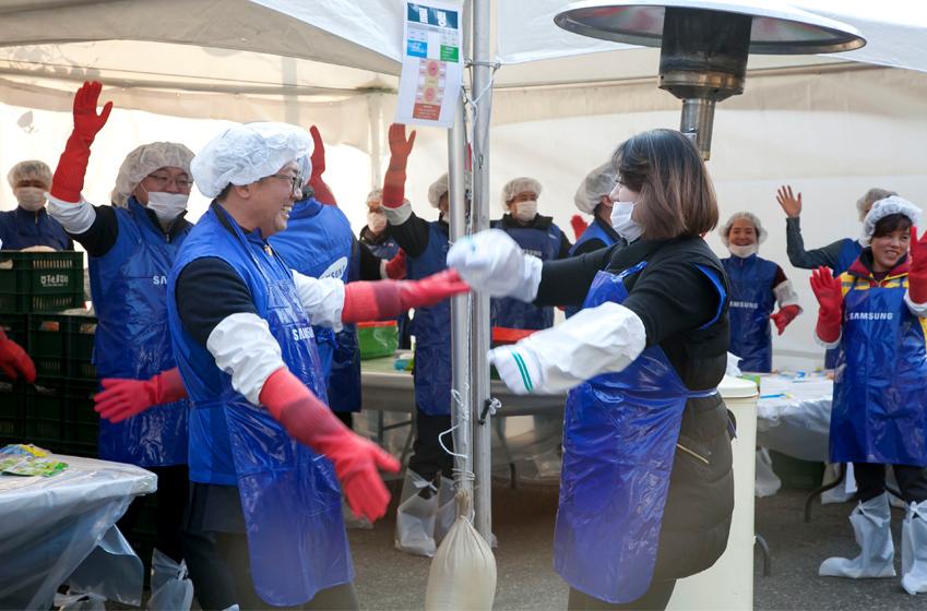 임직원과 자원봉사자가 신나게 춤을 추고있는 모습이다.
