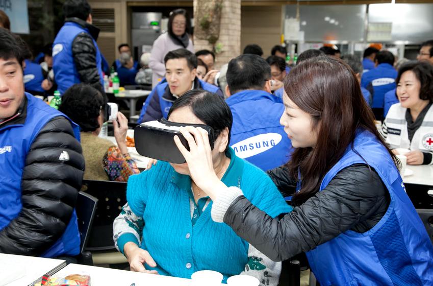 임직원이 기어 VR을 통해 우양임씨의 고향 사할린의 정경을 보여주고있다.