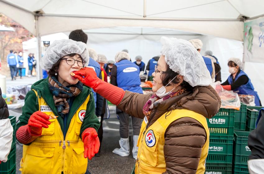 대한적십자사에서 온 봉사자 동명이인인 박혜숙 봉사자가 박혜숙에게 김치를 먹여주고있는 모습이다.