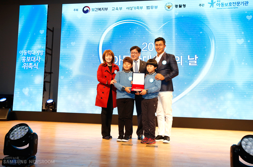 배우 이정용씨 가족은 아동 학대 예방 홍보대사가 되었다.