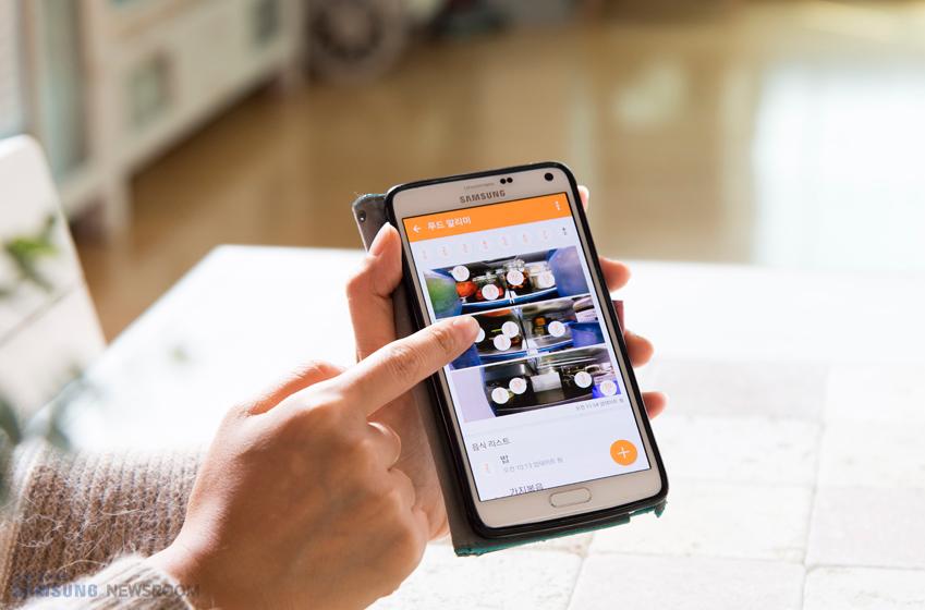 패밀리 허브 사용자는 스마트폰을 통해 냉장고 속 내용물을 실시간으로 확인할 수 있다