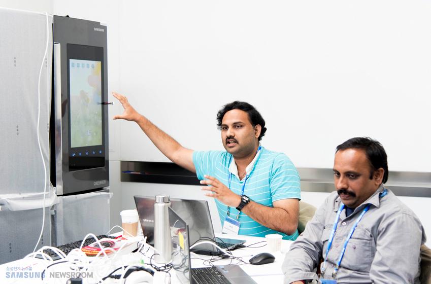 직접 개발한 프로그램 아이디어와 활용 방안을 설명 중인 방갈로르 팀원 파니(PHANI AVADOOTH REKAPALLI VV, 사진 왼쪽)