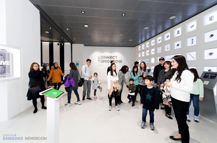 삼성 딜라이트 2층 리브 존 입장에 앞서 송다희(사진 오른쪽) 딜라이트 메이트가 관람객에게 전시관을 설명하고 있는 모습이다.