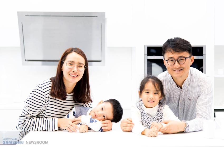 삼성 딜라이트 방문해서 찍은 고태용(사진 맨 오른쪽)씨 가족의 모습이다.