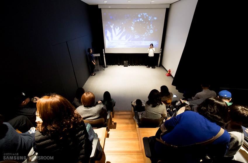 삼성 딜라이트를 찾은 가족 관람객들이딜라이트 무비데이운영진이 준비한 애니메이션 영화를감상하고 있는 모습이다.