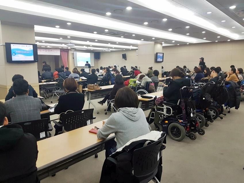 시연회장을 가득매운 발화 장애인들과 이해관계자들