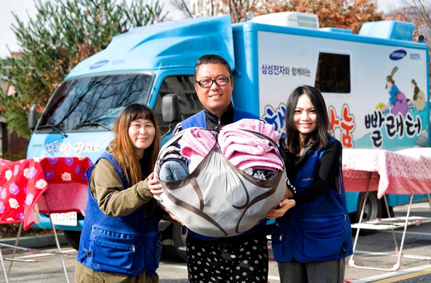 유병용씨와 파주 행복나눔빨래터 봉사에 나선 자원봉사자 이소영(사진 맨 왼쪽)씨와 트란 몽 트엉(Tran Mong Thuong)씨