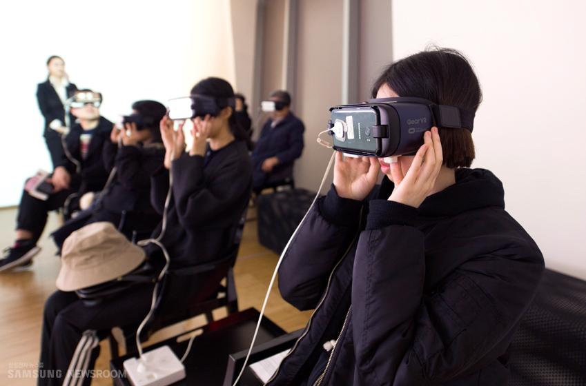 전시장 한편엔 진경산수화 등 간송미술관 소장 작품을 기어 VR로 체험할 수 있는 공간이 마련돼 있다
