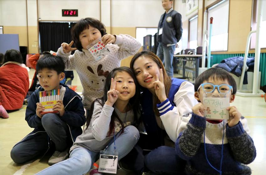 경남 남해 지족초등학교 학생들과 봉사단 기념촬영 사진