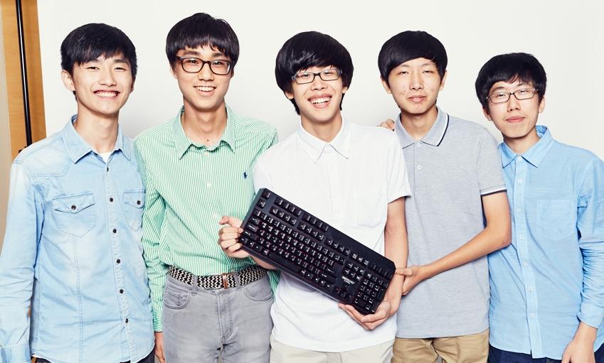 5명의 고교생 사진 키보드 자판을 들고 있다