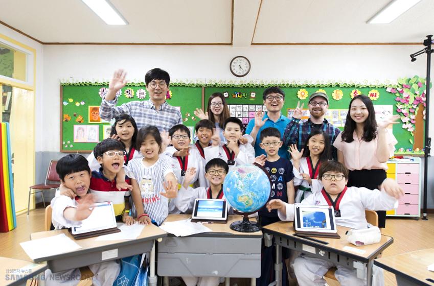 초등학교 학생들과 선생님 단체 사진