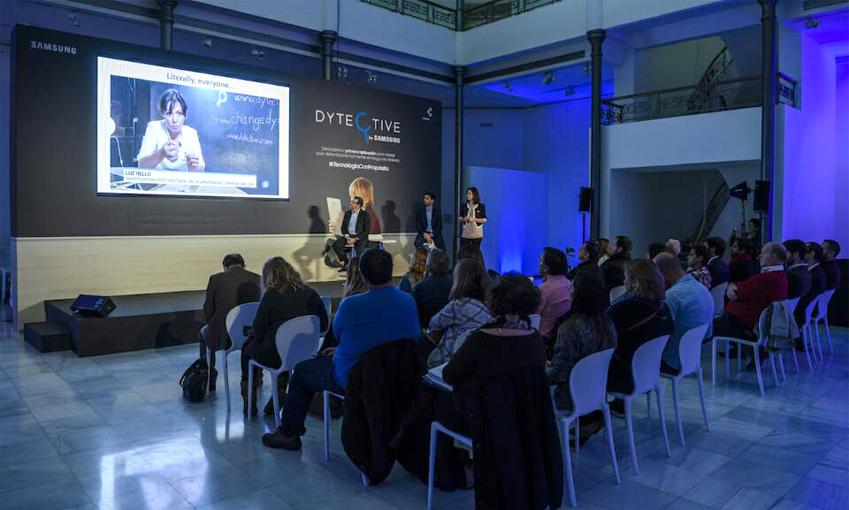 삼성전자 스페인법인과 체인지 디슬렉시아의 각 대표자가 디텍티브 앱을 소개하는 모습