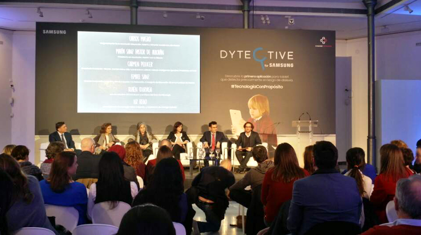 디텍티브 앱 개발에 참여한 전문가들 토론을 하고있다.