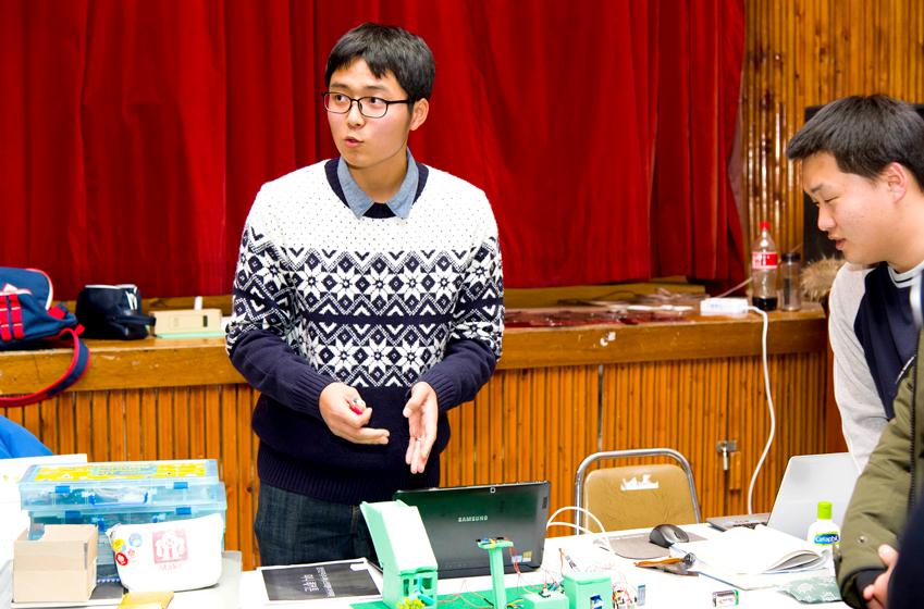 더(THE) 팀장 김효권군이 소외계층을 위해 발명한 화재예방용 '더(THE) 똑똑한 가스밸브'의 원리를설명하고 있다