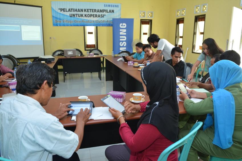인도네시아 사람들이 태블릿으로 뭔가를 하고 있다