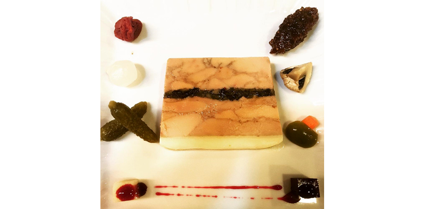 역시 레스쁘아 뒤 이부의 대표 메뉴 중 하나인 '푸아그라 테린(Foie gras Terrine)'. 테린은 고기와 여러 재료를 틀에 넣고 오븐에 구운 후 식혀서 얇게 썬 음식이다. 고소하면서도 짙은 맛이 일품이다