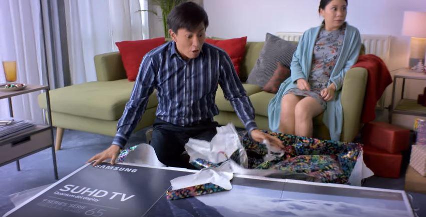 SUHD TV와 세리프 TV를 선물 받고 기뻐하는 남자