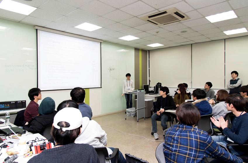 미니 SCPC 코딩대회 직후 참가 학생들은 각자 문제 풀이에 사용한 알고리즘을 공유하며 자유롭게 토론을 이어갔다. 아래 사진은 최석환(21, 서울대 컴퓨터공학과)씨가 '도로 좌표화 원리'를 적용한 자신의 알고리즘을 다른 학생들에게 설명하는 모습