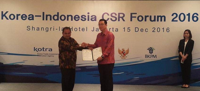 인도네시아법인이 한국대사관, 대한무역투자진흥공사(KOTRA), 인도네시아 투자조정위원회(Indonesian Investment Coordination Board)와 인도네시아 중소기업부(Ministry of Small & Medium Enterprise)가 수여하는 베스트 CSR 어워드 2016을 수상하는 장면