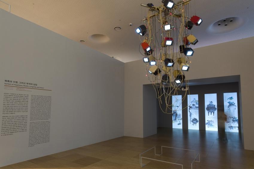 천장에 매달려 있는 작품이 백남준의 '비디오 샹들리에 1번', 뒤쪽으로 보이는 그림이 장승업의 '기명절지도'(일부)다