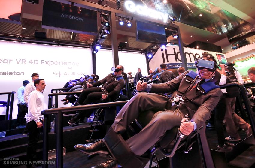 4D 진동(4D pulsar) 의자에 앉아 곡예 비행을 체험 중인 4명의 관람객들
