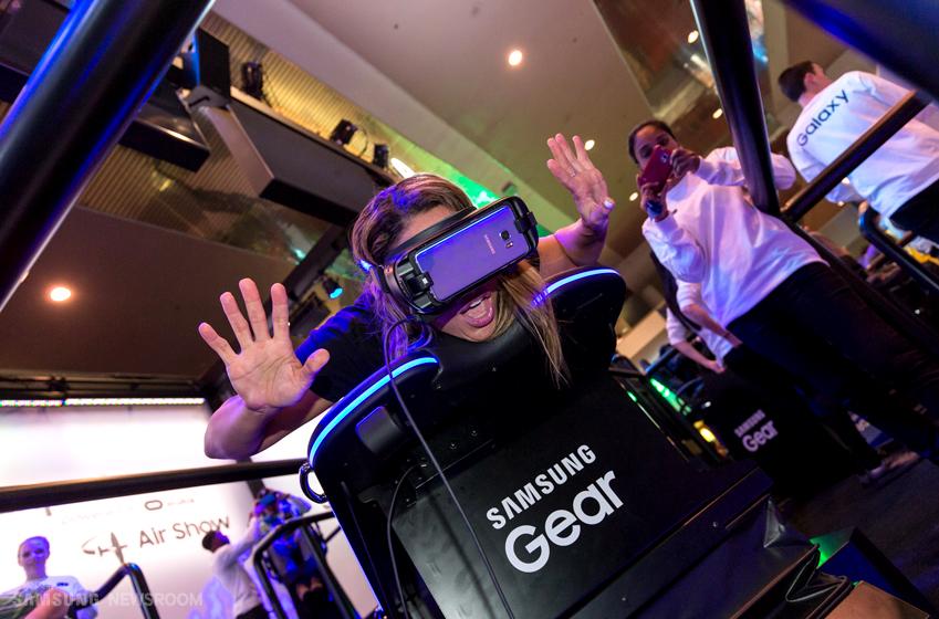 한 관람객이 4D 스켈레톤 가상 체험 코너에 참여하며 즐거워 하고 있는 모습