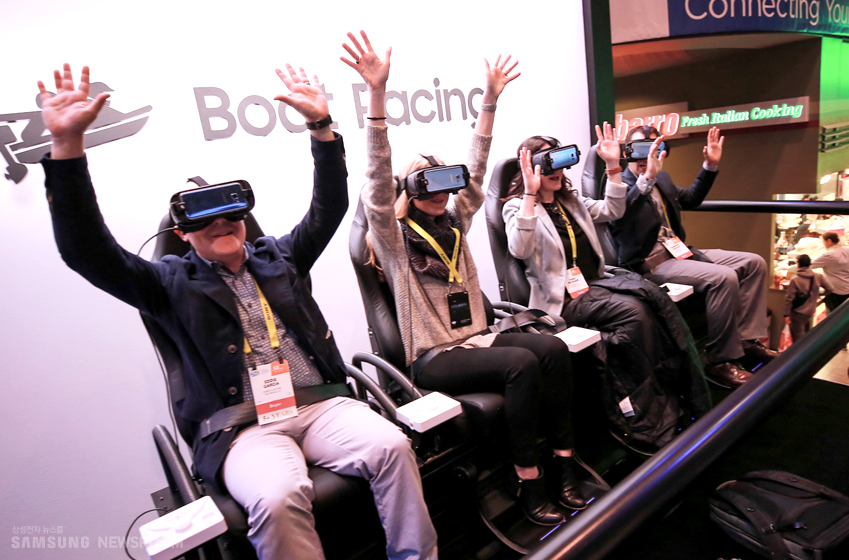 기어 VR 4D 시어터를 방문한 4명의 관람객들이 양손을 번쩍 들며 신나 하는 모습