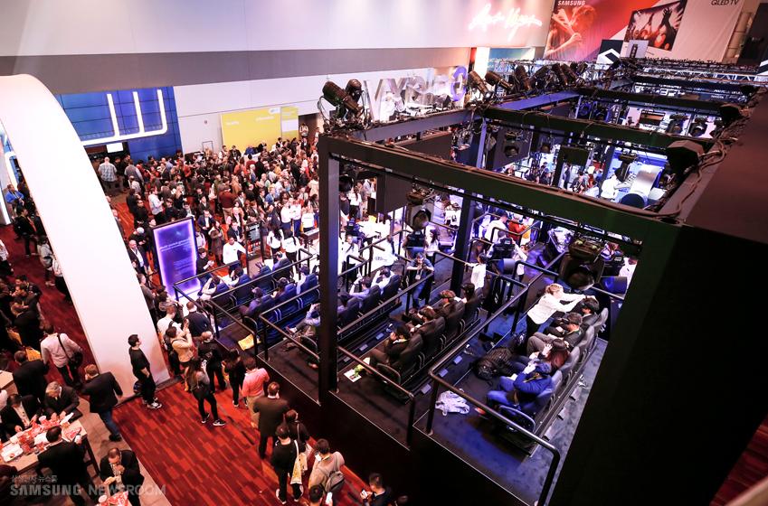 삼성 갤럭시 스튜디오를 찾은 수 많은 관람객들 이미지