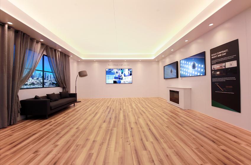 VD존 한편 거실을 재현해놓은 공간에 QLED TV 이미지