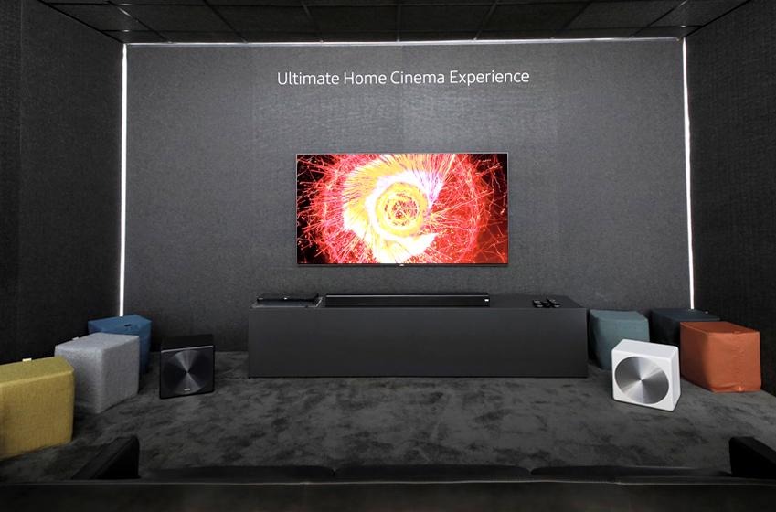 Ultimate Home Cinema Experience 홈시네마 체험존에 QLED TV와 스피커 이미지