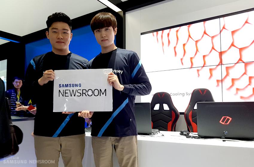 27세 동갑내기 프로게이머 유제홍·김인재가 SAMSUNG NEWSROOM 플랜카드를 들고 있다