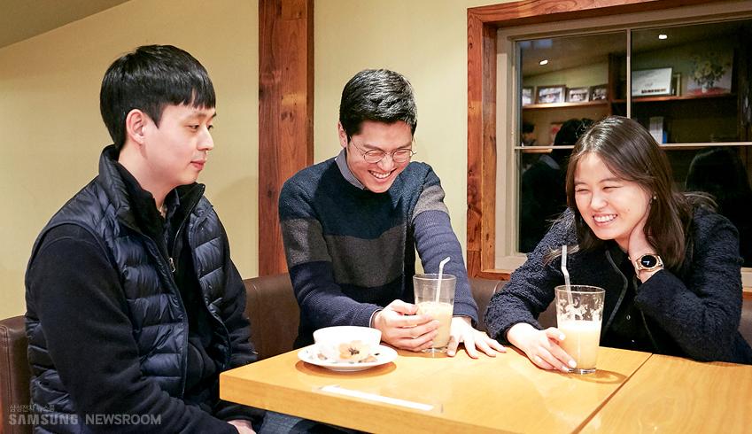 서우진∙김동찬∙최하영씨. 삼성전자 대학생기자단 1∙2기로 활동했던 세 사람의 사진 김동찬,최하영씨가 웃고 있다