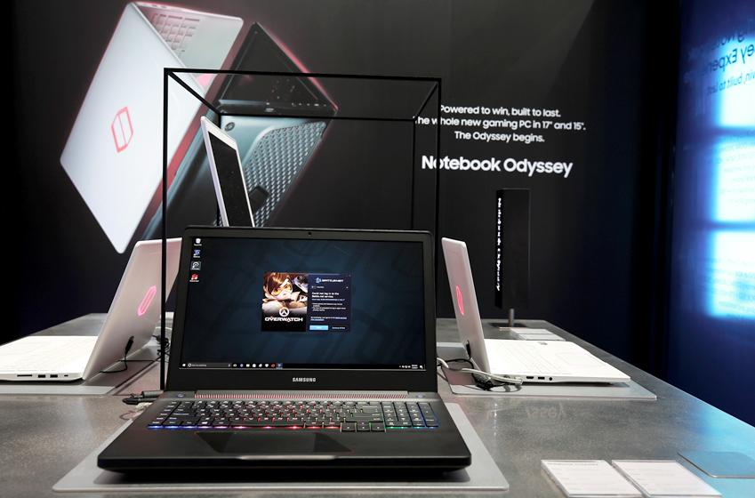 삼성 노트북 오디세이 화면에 FPS 게임 오버워치 배틀넷 화면이 떠 있다