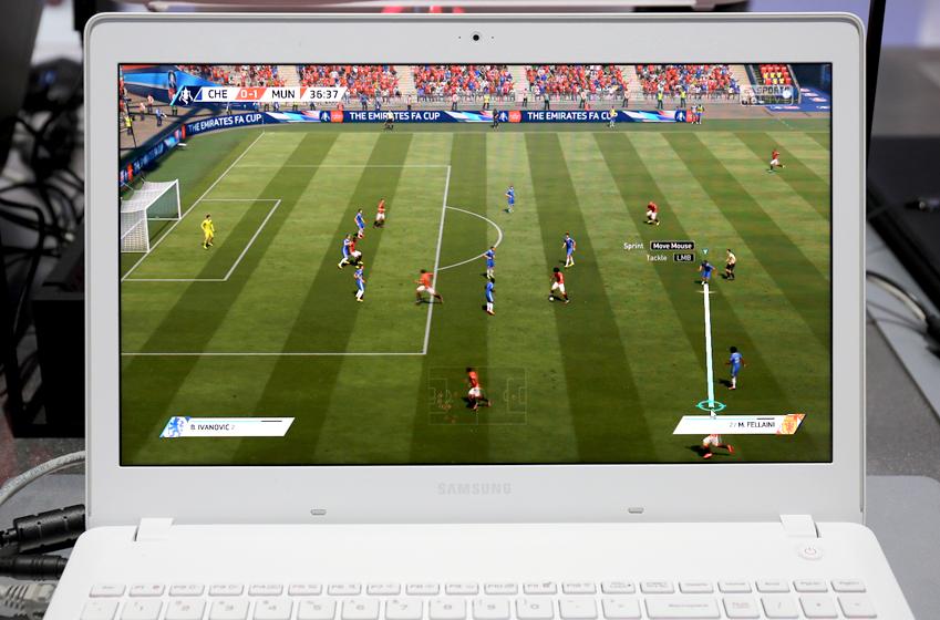 삼성전자 노트북 오디세이 화면에 축구게임이 떠 있다