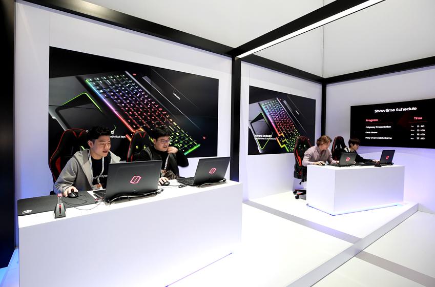 4명의 남성이 삼성전자 오디세이 노트북으로 무언가를 하고 있다