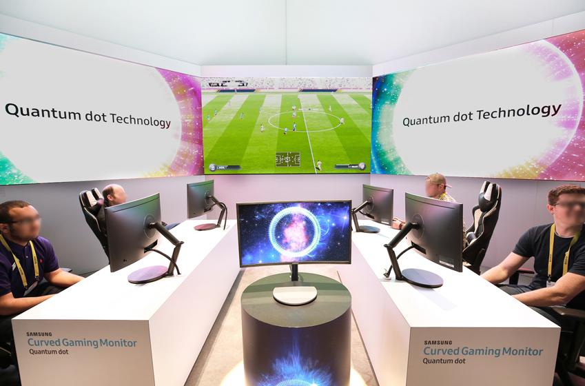 Quantum dot Technology 올해 CES 행사장을 찾은관람객들이삼성 퀀텀닷 커브드 게이밍 모니터로 스포츠 게임을 시연하고 있는 모습