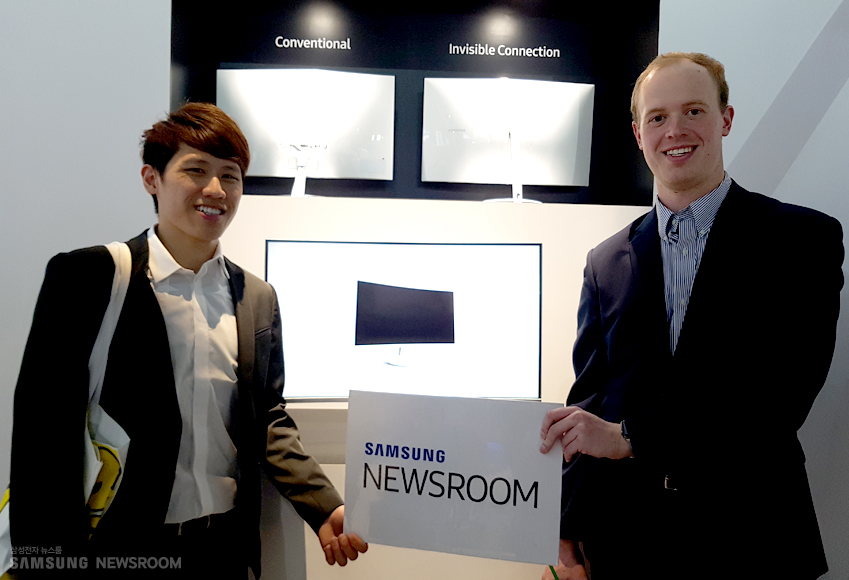 레오씨와알렉스씨가 SAMSUNG NEWSROOM 플랜카드를 들고 웃고 있다