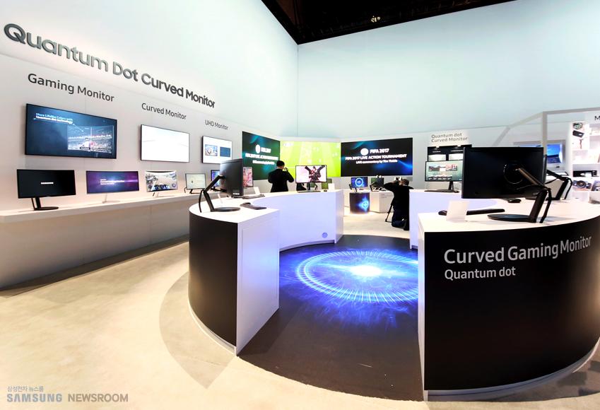 CES 행사장에 삼성 모니터 제품들