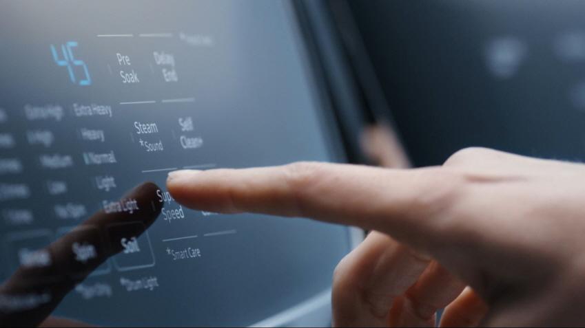 삼성전자 전자동세탁기에 슈퍼스피드 기능을 손으로 선택하는 모습