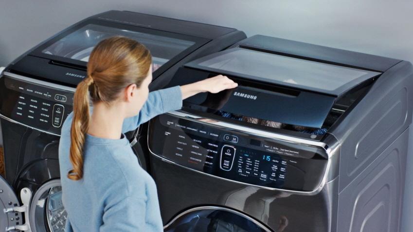 여성 모델이 삼성전자 전자동 세탁기를 열고 있는 모습