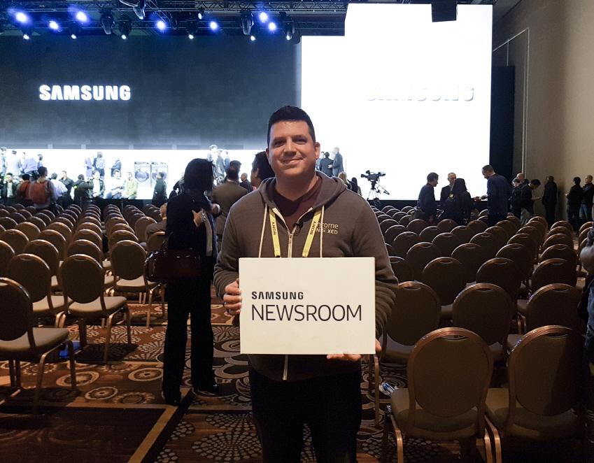 미국인 라비(Robby Payne,37)씨가 SAMSUNG NEWSROOM 플랜카드를 들고 웃고 있다