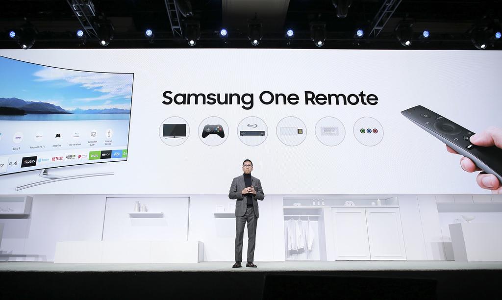 삼성 원 리모트 CES 2017 프레스 컨퍼런스에서 삼성전자 영상디스플레이(VD)사업부 부사장이 무언가를 말 하고 있다